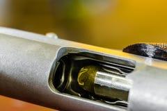 Ett öppet Utskjutningsport för 45 kaliber med en koppar klagen upp runda a Arkivbild