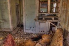 Ett övergett lantgårdhus förfaller glömt i lantliga South Dakota royaltyfri fotografi