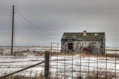 Ett övergett lantgårdhus förfaller glömt i lantliga South Dakota royaltyfria foton