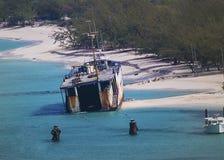 Ett övergett skepp av kusten av storslagna Turk Island Arkivbilder