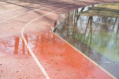 Ett översvämmat fotbollfält efter hällregn royaltyfria bilder