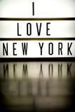 Ett övre bräde för ljus som visar uttrycket ÄLSKAR JAG, NEW YORK Arkivbild