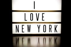 Ett övre bräde för ljus som visar uttrycket ÄLSKAR JAG, NEW YORK Royaltyfria Bilder