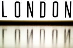 Ett övre bräde för ljus som visar uttrycket LONDON arkivfoto