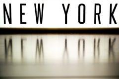 Ett övre bräde för ljus som visar uttrycket NEW YORK arkivbild