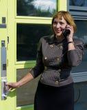 ett affärsfelanmälan som gör telefonkvinnan Royaltyfria Bilder