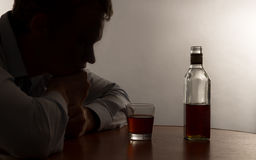 Ett alkoholmissbruk för ung man Royaltyfria Bilder