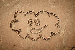 Ett anförandemoln eller en funderarebubbla som dras ut på en sandig strand pink scallop seashell Royaltyfria Foton