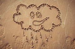 Ett anförandemoln eller en funderarebubbla som dras ut på en sandig strand pink scallop seashell Royaltyfria Bilder