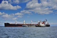 Ett ankrat stort skepp Royaltyfri Foto