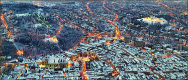 Ett annat nattlandskap av staden Brasov, Transylvania i Rumänien med rådfyrkant-, svart kyrka- och citadellsikt från Tampa royaltyfria foton