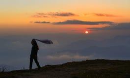 Ett anseende för ung kvinna på berget arkivbild