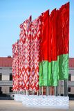 Ett antal nationsflaggor av Republiken Vitryssland med den nationella prydnaden framkallar i vinden Royaltyfri Foto