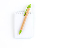 Ett anteckningsbokpapper och en penna Arkivbilder