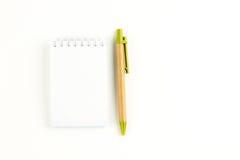 Ett anteckningsbokpapper och en penna Royaltyfri Fotografi