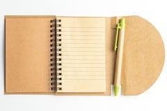 Ett anteckningsbokpapper och en penna Fotografering för Bildbyråer