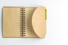 Ett anteckningsbokpapper och en penna Royaltyfri Foto