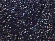 Ett antennskott av folket samlade för en händelse Det gol frilufts- mötet av folk sköt från en höjd En mass av folkgathere arkivfoto