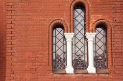 Ett antikt fönster i kyrka Royaltyfri Foto