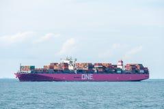 Ett Aquila behållareskepp av uttryckligt företag för havnätverk seglar i den Singapore kanalen arkivbilder