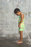 Ett asiatiskt pojkespelrum vid vattenspringbrunnen Royaltyfri Fotografi