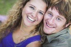 Ett attraktivt par som tycker om en dag i parkera Royaltyfri Bild