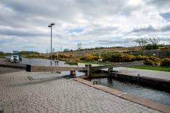 Ett av låsen som förbinder den fackliga kanalen med den Falkirk hjulboaen arkivfoton