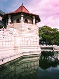 Ett av tornen på den berömda templet av den sakrala tandreliken arkivfoton
