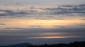 Ett avlägset flygplan tar av i stolpe-solnedgången lager videofilmer