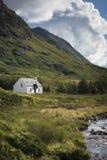 Ett avskilt hus nära en flod i Skottland Royaltyfri Bild