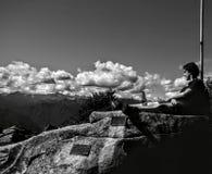 Ett avslappnande ögonblick på överkanten av det Briasco berget som förläggas i northem av Italien arkivbild