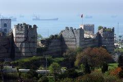 Ett avsnitt av de stora stadsväggarna och tornen som F. KR. byggs under det sena 4th århundradet runt om Istanbul i Turkiet Royaltyfri Foto