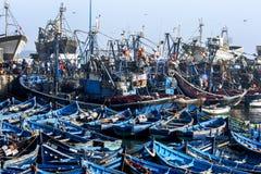 Ett avsnitt av den enorma fiskebåtflottan på porten av Essaouira på västkusten av Marocko Arkivbild