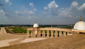 Ett avsnitt av en kolonnad från ovannämnt på basilikan av vår dam av fred fotografering för bildbyråer