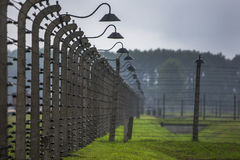 Ett avsnitt av försedd med en hulling - binda det elektriska staketet som omgav den Auschwitz-Birkenau koncentrationsläger på Osw Arkivfoton