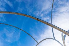 Ett avsnitt av rostfritt stålskulpturen Onades vinkar i Barcelona, Spanien royaltyfria foton