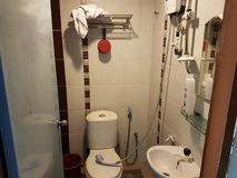 Ett badrum i hotellet Arkivbild