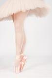 Ett balettdansöranseende på tår, medan dansa konstnärlig conversi Arkivbilder