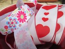 Ett band med hjärtor och blommor Arkivfoton