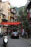Ett baner hängdes i en gata av Hanoi (Vietnam) Arkivfoto