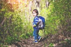Ett barn går till och med träna royaltyfri bild
