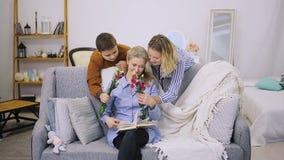 Ett barn ger blommor och mamman stock video