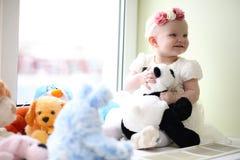 Ett barn har roligt och spelar på ett parti för barn` s Royaltyfria Bilder