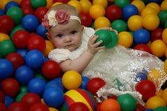 Ett barn har roligt och spelar på ett parti för barn` s Arkivbild