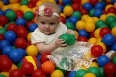 Ett barn har roligt och spelar på ett parti för barn` s Royaltyfri Bild