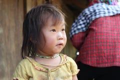 Ett barn i Mu Cang Chai Rice Terrace Fields Arkivfoto