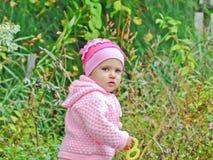 Ett barn leker i det öppet luftar Arkivfoton