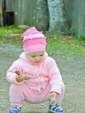 Ett barn leker i det öppet luftar Arkivbild