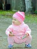 Ett barn leker i det öppet luftar Royaltyfria Foton