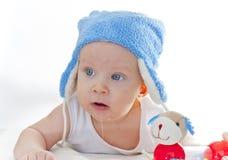 Ett barn med blåa ögon med en hatt Fotografering för Bildbyråer
